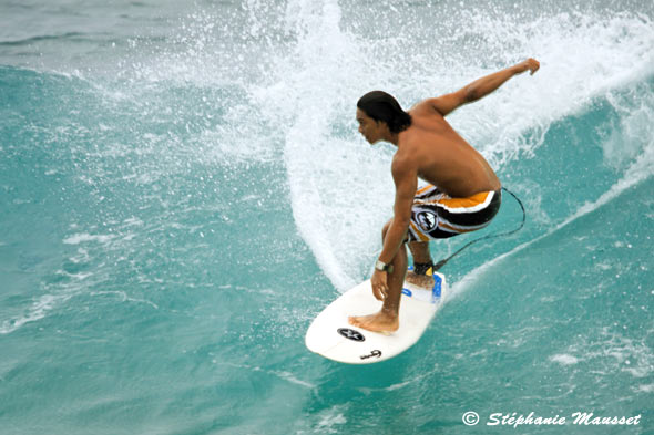 surfeur hawaiien surfe la vague