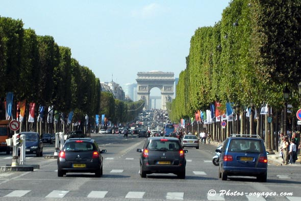 Champs Elysées et arc de triomphe de Paris